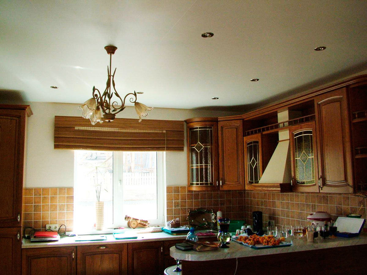 сразу натяжные потолки матовые на кухню фото данном